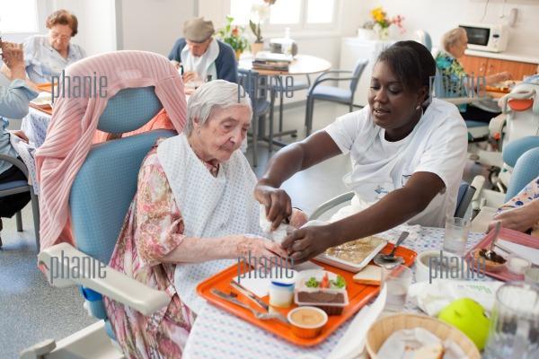 Personne g e prenant son repas assist e d 39 une aide for Aide personnes agees maison retraite