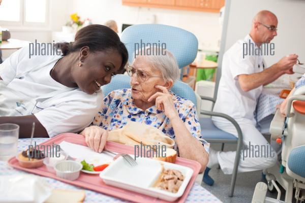 Personne g e prenant son repas assist e d 39 une aide for Aides maison de retraite